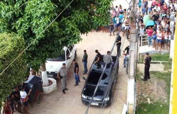 Por volta das 14:00hs, a polícia recebeu uma ligação para busca-lo. A notícia se espalhou rápido e populares revoltados se plantaram em frente a delegacia/Foto: Voz do Acre