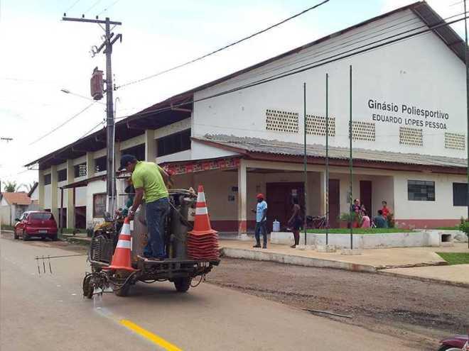 Equipe do Detran está no município de Brasileia desde segunda-feira, 24, onde implementa e revitaliza sinalização horizontal e vertical de vias públicas (Foto: Assessoria Detran)