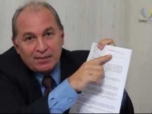 Costa, sócio da Telexfree, mostra suposto contrato com a Mapfre em vídeo divulgado na internet - Reprodução