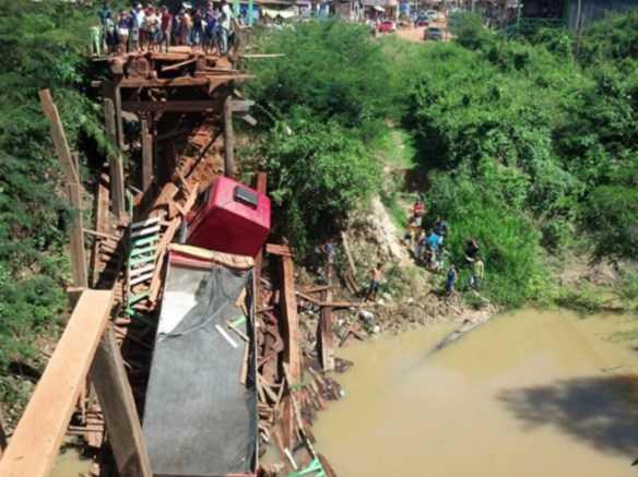 Na fronteira do município de Plácido de Castro com a Vila Porto Evo Morales, na Bolívia, a ponte de ligação entre os dois países desabou nesta manhã/Foto: Facebook/DionisioNeto