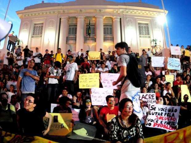 O ponto final da manifestação foi no Palácio do Governo (Foto: Eduardo Duarte/G1)