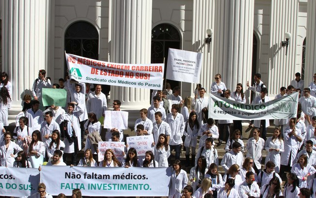 Paralisação de médicos na manhã desta terça-feira (30), no centro de Curitiba (PR) -  Futura Press