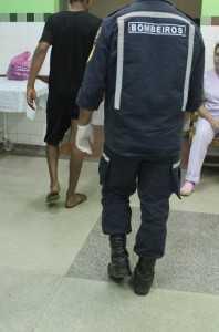 Jovem foi socorrido por homens do bombeiro e acusado está sendo procurado
