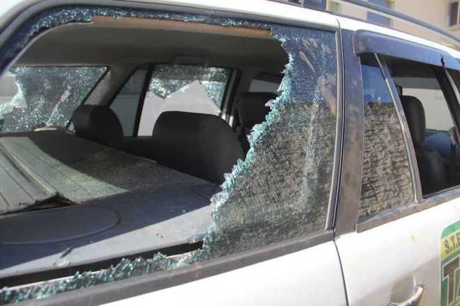 Todos os vidros traseiros foram destruídos.