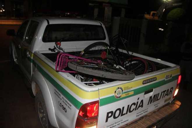 Momento em que a viatura da PM chegava com bicicletas furtadas e recuperadas.