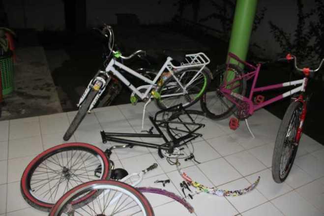 Várias bicicletas foram recuperadas. Algumas já estavam desmontadas - Fotos: Alexandre Lima