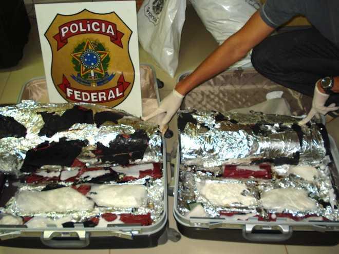 Pouco mais de quatro quilos de cocaína estavam em fundos falsos nas melas dos peruanos - Fotos: Alexandre Lima