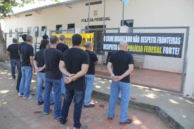 Agentes realizaram ato em frente da delegacia de Epitaciolândia, no Acre - Fotos: Alexandre Lima