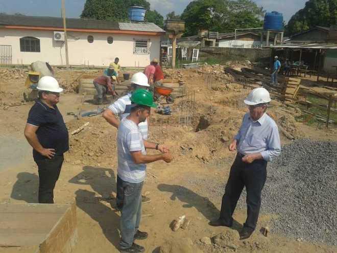 Senhor Roberto (direita) em conversa com o mestre da obra, José Railton, durante visita em Brasiléia - Foto: Alexandre Lima