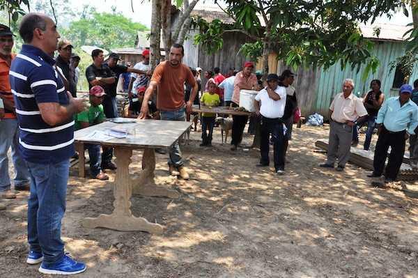 Prefeito Everaldo Gomes em reunião com produtores rurais de Brasiléia - Foto: Assessoria