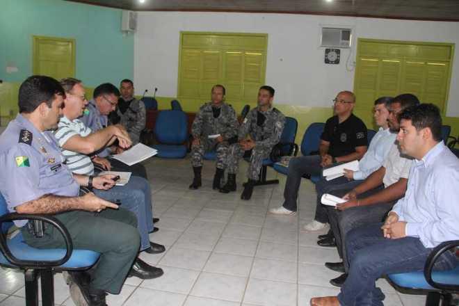 Representantes do Governo, polícias e municípios da fronteira durante reunião - Foto: Alexandre Lima