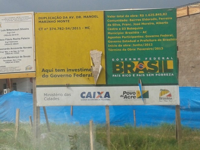 Segundo a placa, a obra deveria ter sido terminada em fevereiro deste ano - Foto: oaltoacre