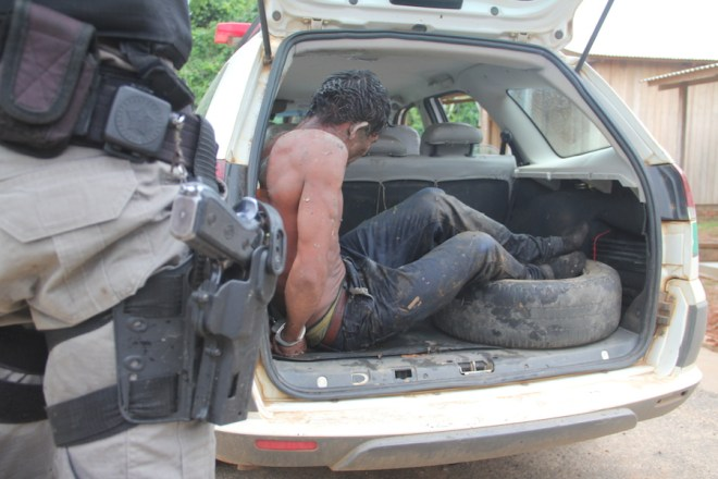 Após perseguição, meliante foi preso no barranco do rio Acre e se descobriu que seria o enteado da vítima - Foto: Alexandre Lima