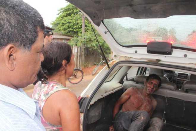 Padrasto e a mãe do acusado após ser levado para ser identificado - Foto: Alexandre Lima