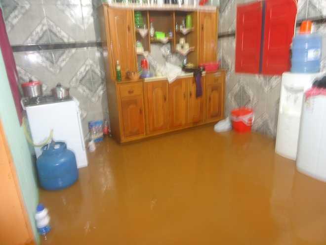 Cozinha invadida pela água da chuva que represou após os trabalhos do programa do Governo do Acre, Ruas do Povo