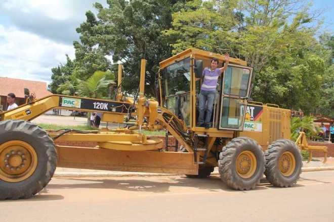 Prefeito Humberto recebeu a máquina com muita alegria e quis compratilhar com o moradores - Foto: Assessoria