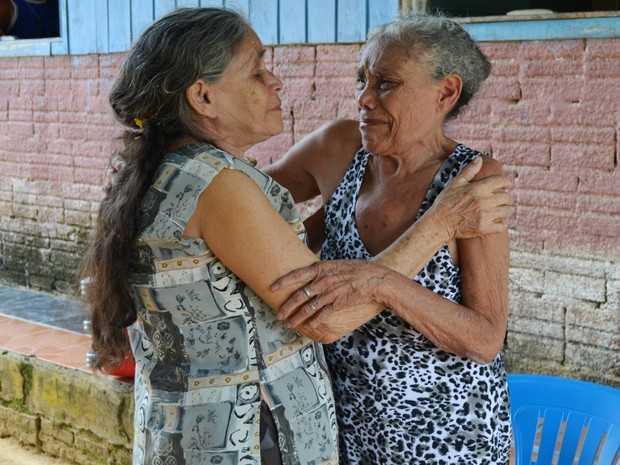 Irmãs choram ao se reencontrar em Cruzeiro do Sul (Foto: Genival Moura/G1)