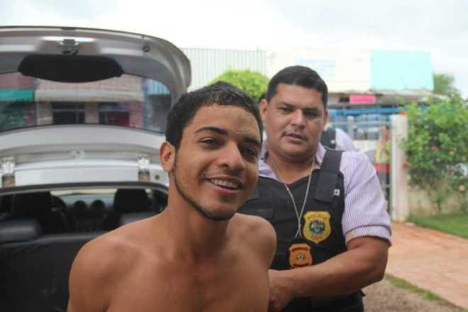 Raylan queria sair bem na foto quando chegou na delegacia de Brasiléia - Foto: Alexandre Lima
