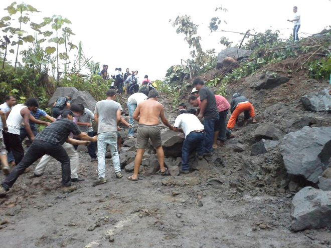 Brasileiros e peruanos tentaram desobstruir a estrada após desamentos/Foto: João Romário Sinhasique/Facebook)