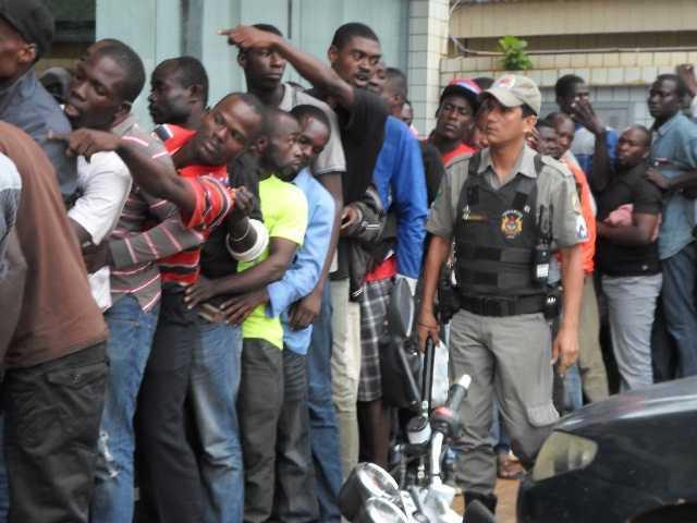 Foi necessário presença de policiais para contar os ânimos do imigrantes - Foto: Emerson Frazão
