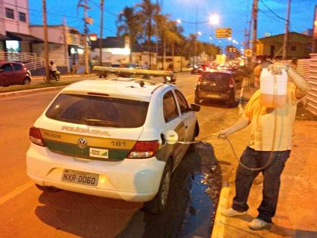 Homem abastece viatura da polícia, na Avenida Ceará  (Foto: Davi Sahid/ Arquivo pessoal)