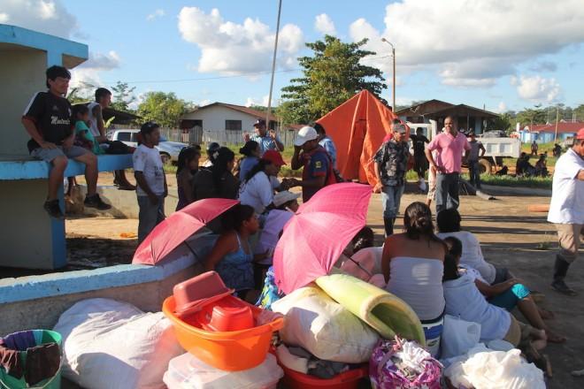 Famílias do Bairro Brisa de Iaberita em Iñapari (Peru), foram para uma pequena praça a espera de barracas da Defesa Civil - Foto: Alexandre Lima