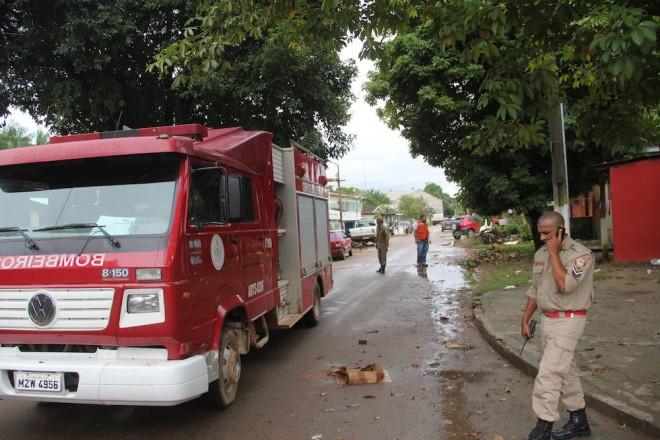 Homens do Corpo de Bombeiros e Defesa Civil visitaram os locais afetados e orientar os moradores na manhã deste domingo (9) - Foto: Alexandre Lima