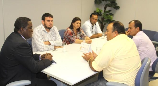 Gerente regional da Caixa Econômica Federal, senhor Enéias Duarte Tolentino (e), recebeu os empresários - Foto: Alexandre Lima