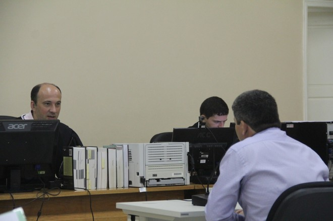 Dr. Luiz Gustavo Cirena deu início ao julgamento ouvindo o delegado de Epitaciolândia, Sérgio Lopes - Foto: Alexandre Lima