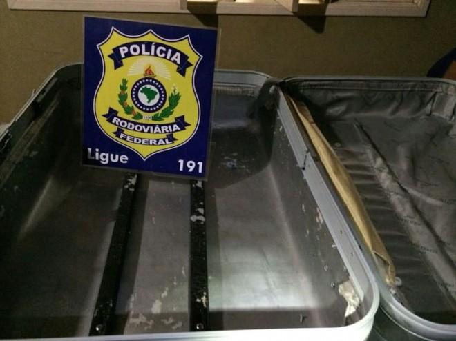 Todo o forro estava com cerca de 5kg ou mais de cocaína - Foto: Alexandre Lima