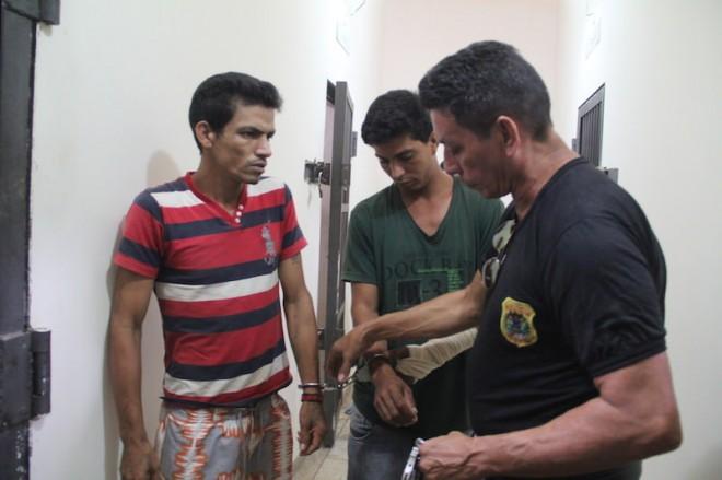 David Pires Gomes (e) foi detido por furto e Carlos Alberto (c), por agredir ex-companheira em via pública - Foto: Alexandre Lima