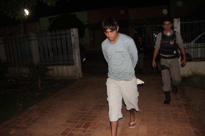 Chegada de Adriano na delegacia após ser preso em flagrante na casa do policial - Foto: Alexandre Lima