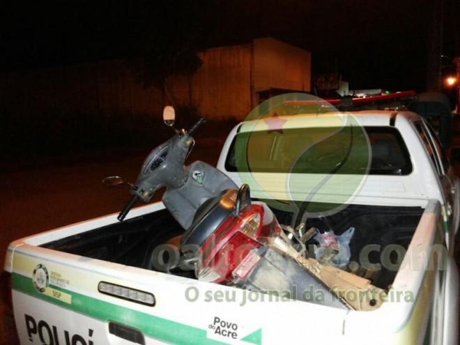 Duas motos também foram deixadas para trás quando os bandidos saíram atirando para dentro do mato