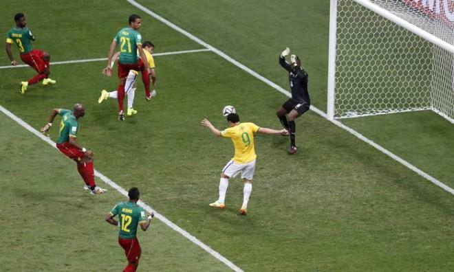 Fred recebe passe de David Luiz: de cabeça, atacante fez o terceiro gol do Brasil na partida - Jorge William / Agência O Globo