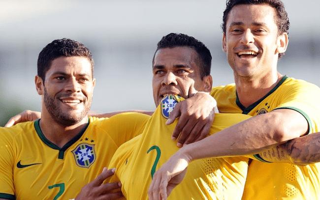 Daniel Alves comemora com Hulk e Fred o segundo gol do Brasil. Foto: Wander Roberto/VIPCOMM
