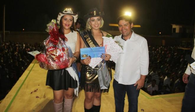 Thay Tavares (centro), recebe a faixa da ganhadora de 2013, Dara da Silva Paula, e do prefeito André Hassem - Foto: Alexandre Lima