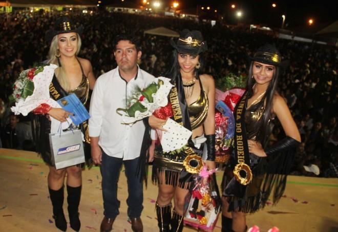Prefeito André Hassem ladeado pelas três escolhidas pelo jurado - Foto: Alexandre Lima