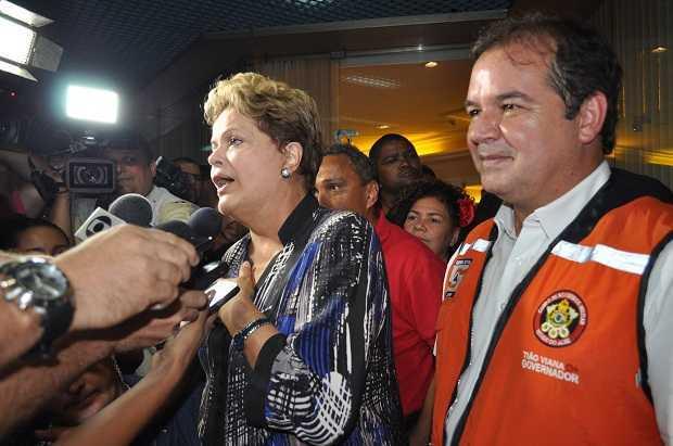 Presidente Dilma Rousseff e governador Tião Viana no aeroporto de Rio Branco/Foto: ContilNet Notícias