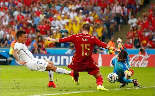 Lance que originou o gol de Varga a favor da seleção chilena. Foto: Getty Images