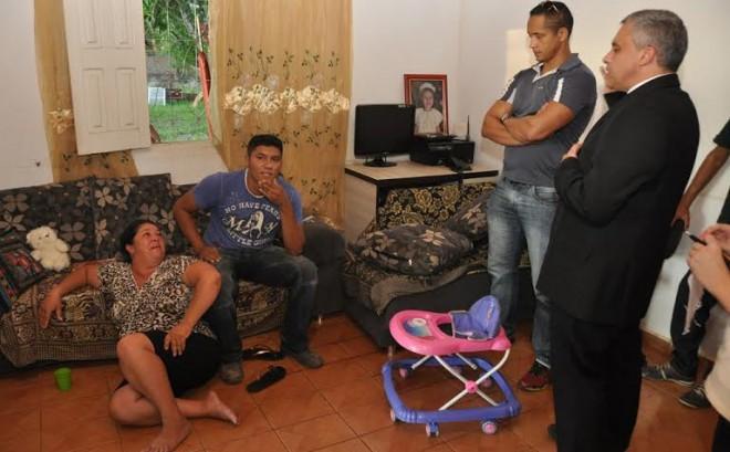 Ao chegarem ao local, os moradores Gezilda Maria da Silva, de 42 anos, filha e sobrinha dos idosos, bem como seu companheiro, Waldry Clementino, com 32 anos, receberam voz de prisão em flagrante