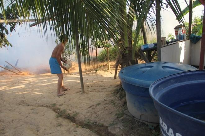 Um dos moradores jogava águas com balde para que as chamas não alcançasse sua casa - Foto; Alexandre Lima