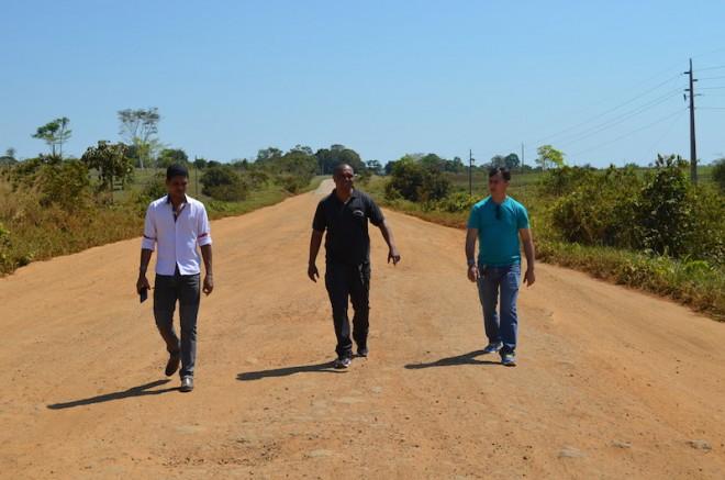 Vereadores caminharam pela BR 317, sentido Assis Brasil e viram 'in-loco' as condições da mesma - Foto: Assessoria