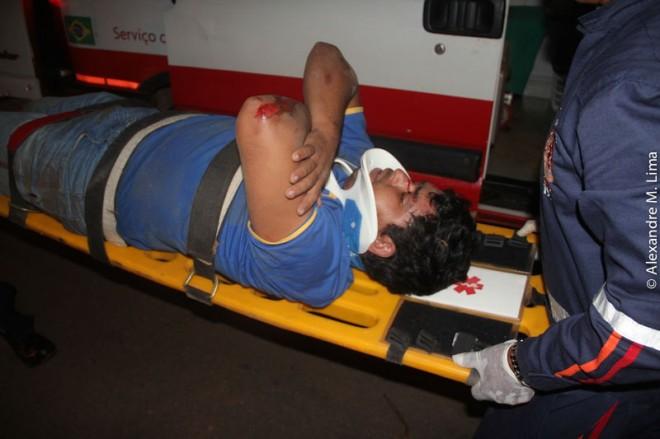 Antonio caiu na Avenida após passar no quebra molas e sofreu arranhões pelo corpo - Foto: Alexandre Lima