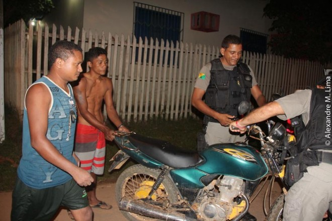 Reginaldo (esquerda) não possui habilitação e não deveria estar pilotando moto, causou o acidente - Foto: Alexandre Lima