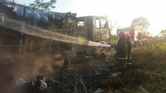 Mesmo com o esforço dos bombeiros em chegar no local, quase nada pode ser feito.