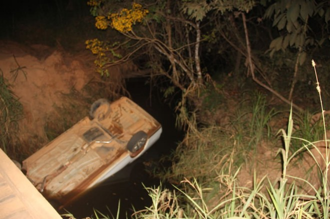 Carro ficou com rodas para cima após cair dentro do igarapé - Foto: Alexandre Lima