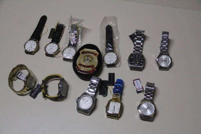 Parte dos relógios roubados pelos menores que tem várias passagens pela delegacia - Foto: Alexandre Lima