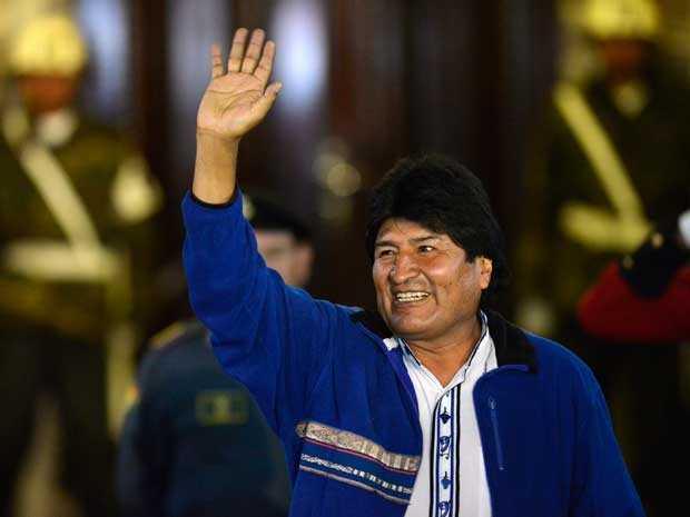 Evo Morales saúda simpatizantes que se reuniram na Plaza Murillo, após sua chegada ao Palácio Presidencial, em La Paz. (Foto: Cris Bouroncle / AFP Photo)