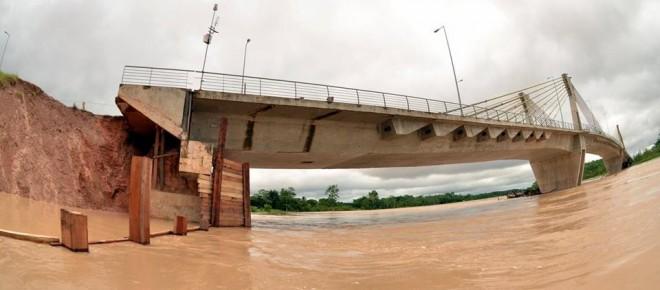 Ponte sobre o rio Tarauacá vem sendo ameaçada pela erosão há vários meses/Fotos: Jardy Lopes
