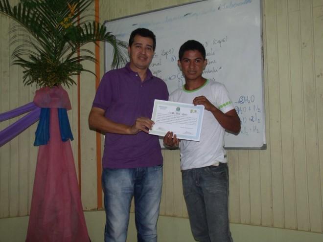 Prefeito Humberto Filho (e), participou da solenidade de formatura e entregou diplomas para formandos - Foto: Assessoria